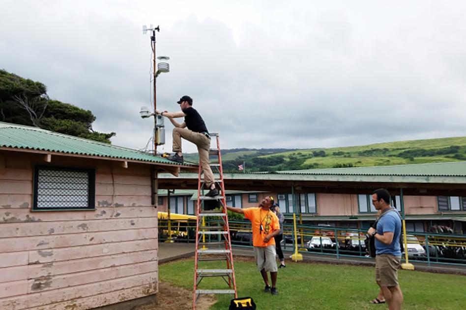 CEE-volcano-air-sensors-Hawaii-installing-MIT-00_0_WEB.jpg